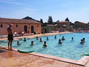 Activiteit aan zwembad